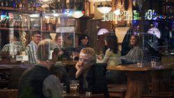 Terwijl coronacrisis wereldwijd duizenden slachtoffers maakt: in Zweden drinken ze nog rustig een pintje op café