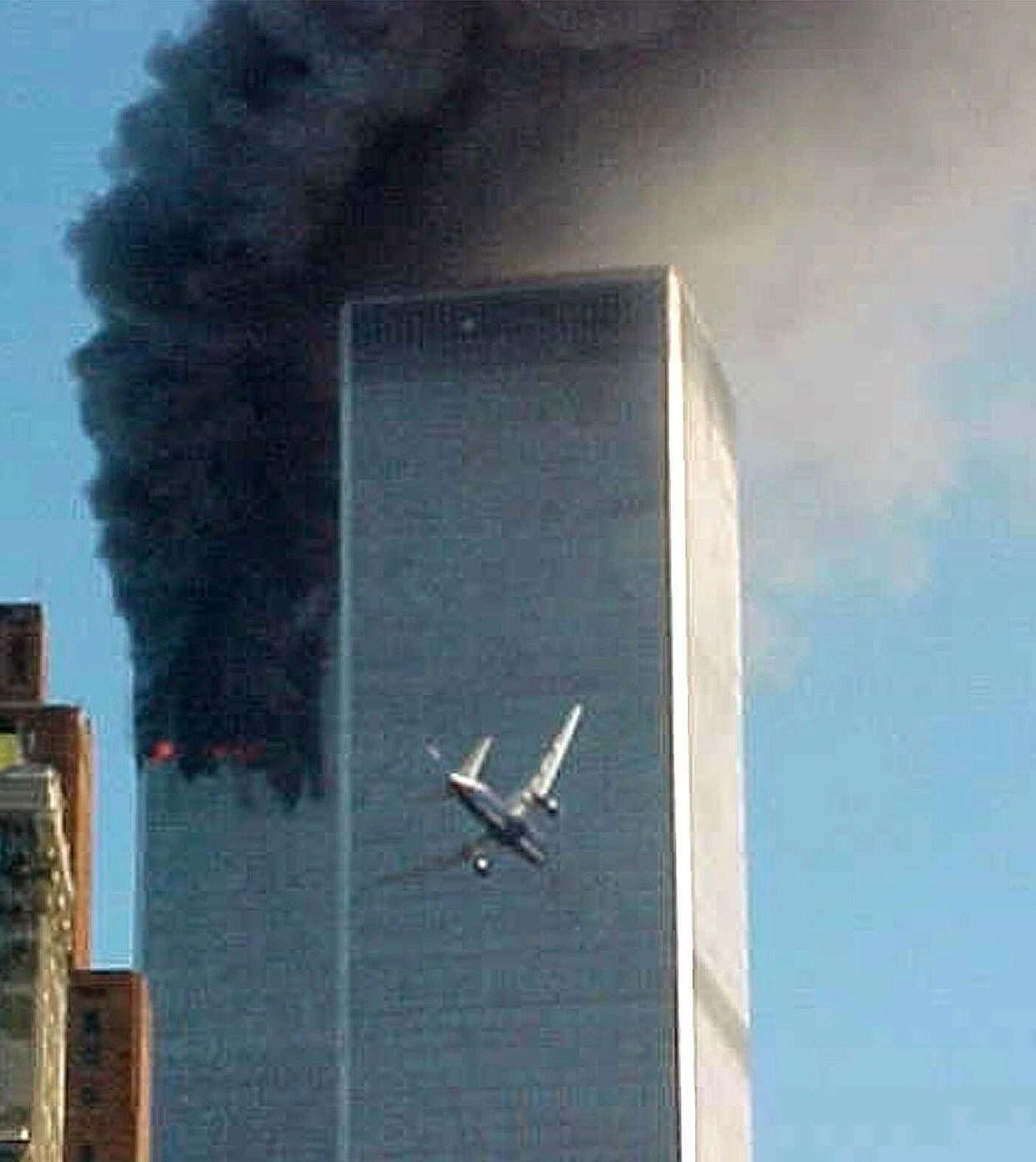 Dit beeld van 9/11, van het tweede vliegtuig dat de Twin Towers in New York binnenvliegt, is mogelijk 's werelds bekendste historische foto. De maker is geen fotograaf, maar een verpleegkundige uit Arkansas, Carmen Taylor, die op bezoek was in de stad. Die ochtend stond ze net op een veerpont naar het Vrijheidsbeeld. Ze stuurde haar foto op advies van een omstander naar een lokale nieuwszender die hem verder verspreidde.