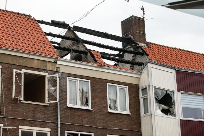 Een felle uitslaande brand heeft afgelopen nacht een bovenwoning verwoest in een winkelstraat in Emmeloord.