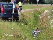 Auto raakt van weg en schept fietser in Tilligte, vrouw met spoed naar ziekenhuis