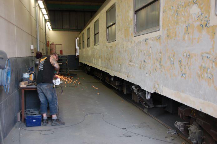 In de werkplaats van tROM, het toenmalige reïntegratiebedrijf van de gemeente Tilburg, werden treinen kaalgeschuurd.