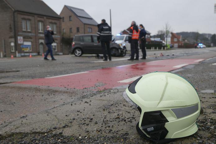 Twee brandweermannen passeerden toevallig de plek van het ongeluk en dienden de eerste zorgen toe.