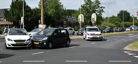 Auto's botsen op kruising in Arnhem