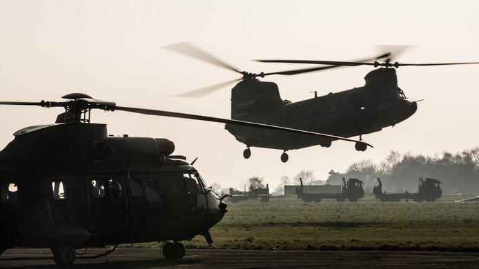 Helikopters van het Defensie Helikopter Commando van vliegbasis Gilze-Rijen oefenen laagvliegen onder vijandelijke dreiging in het Engelse Carlisle. Een Chinook vertrekt. Om overlast te beperken wordt onder meer ook naar het buitenland uitgeweken.