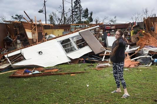Haley Nelson staat voor een van de voormalige woningen van haar vader in Panama City, Florida.