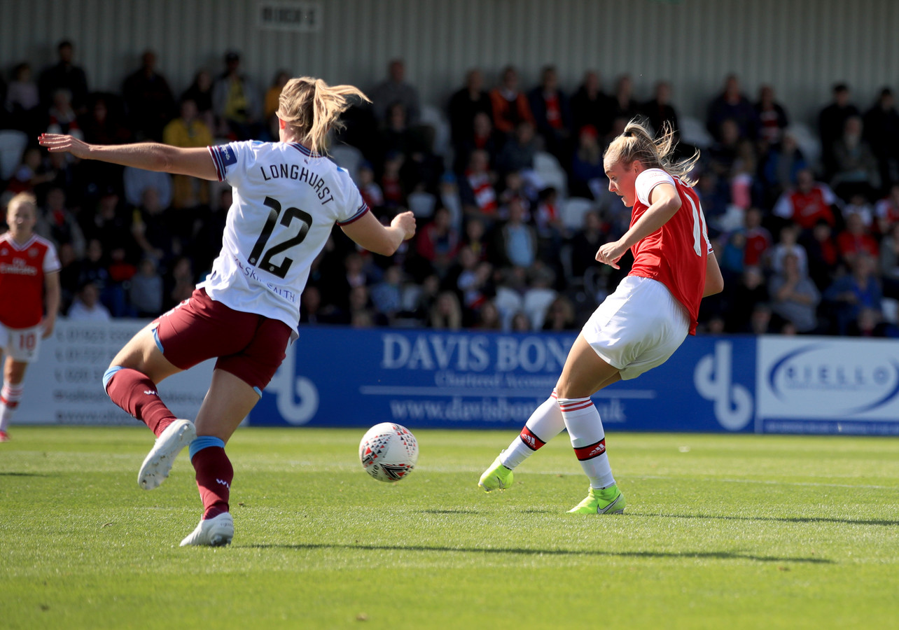 Jill Roord schiet koeltjes de 2-0 binnen voor Arsenal.