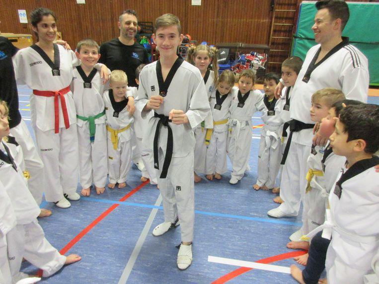 Bjarne omringt door clubgenoten en trainers.