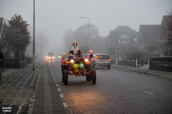 Sinterklaas arriveerde per trekker bij De Bron in Vriezenveen.