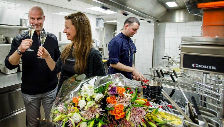 Chefkok Sidney Schutte proost met collega Geralda Joziasse na het behalen van twee Michelinsterren. Beeld anp