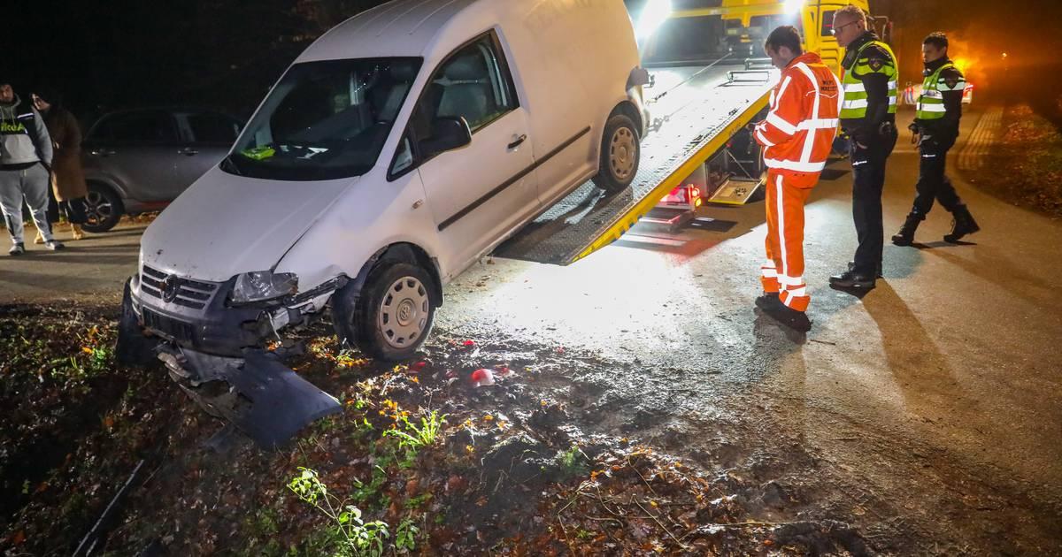 Eenzijdig ongeval in Apeldoorn: bestelbusje met pakketjes beland in de greppel.