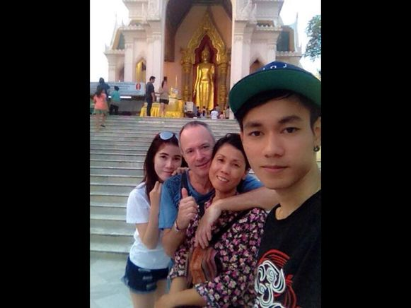 """Zoon Weeja vooraan op de foto. """"Gelukkig hebben we later nog een bijzondere ceremonie voor hem in Thailand kunnen meemaken"""""""