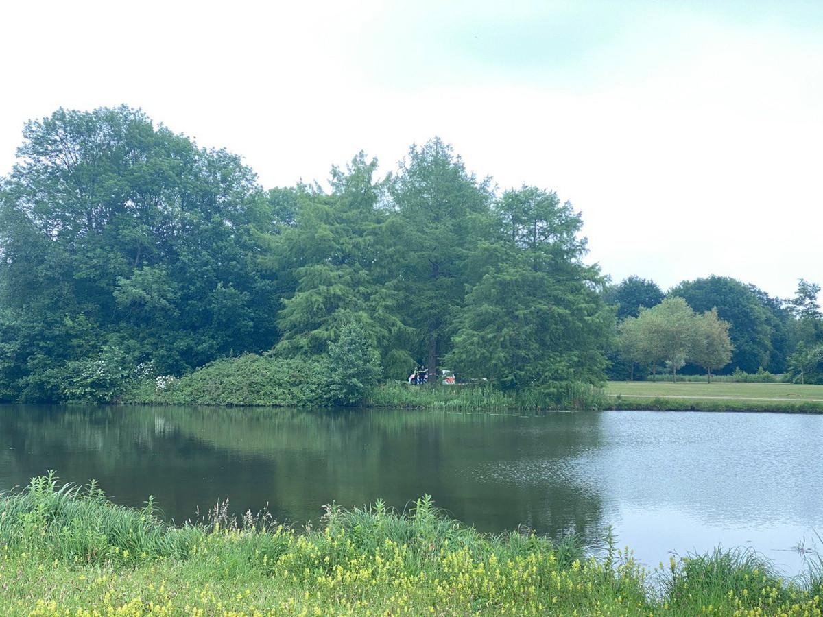 De politie doet onderzoek in Park de Wezenlanden.