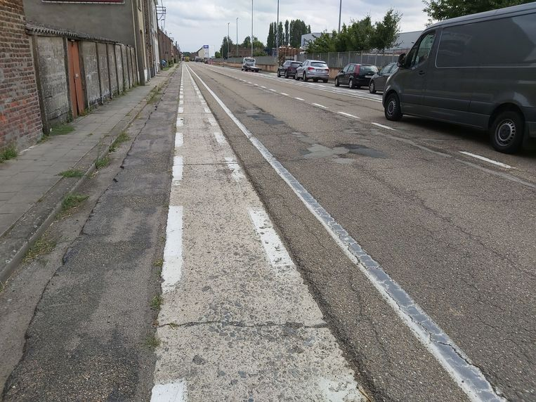 Het fietspad en de weg liggen er slecht bij in Altenaken