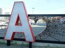 Liefdesmonument op Eilandje beleeft trieste Valentijn: vandaal trapt kunstwerk kapot