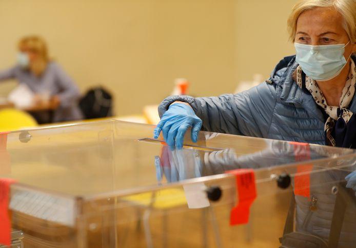 Polen stemmen in coronatijden.