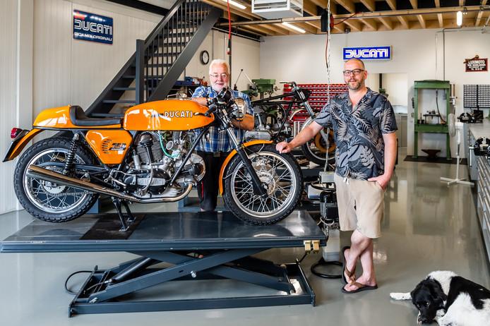 Harné Heuvelman (rechts) en zijn vader Harm in de werkplaats van hun bedrijf Back to Classics.