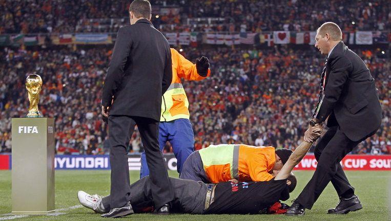 Jimmy Jump vlak voor de aftrap van de WK-finale tussen Spanje en Nederland toen hij de wereldbeker een rode muts probeerde op te zetten. Beeld
