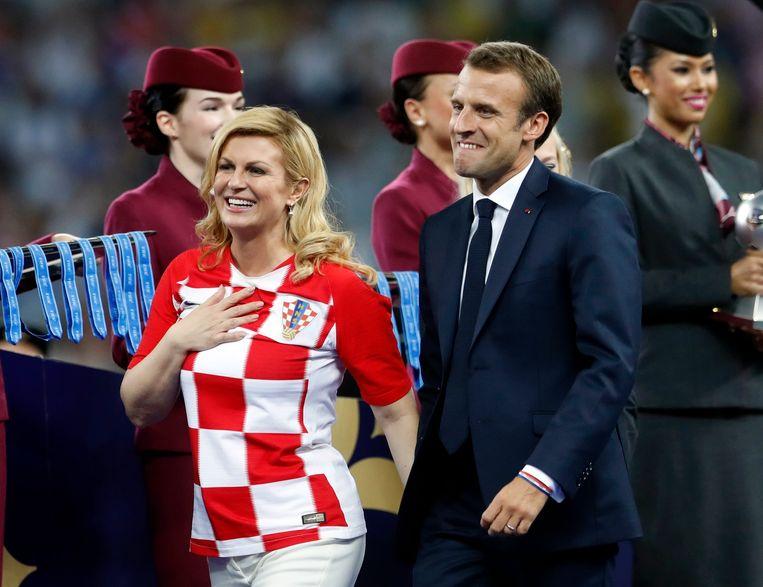 De Franse president Emmanuel Macron is duidelijk in zijn nopjes. Hij en zijn Kroaatse collega president Kolinda Grabar-Kitarovic wonen de prijsuitreiking op het veld bij.