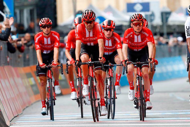 Tom Dumoulin bij de finish, met de rest van team Sunweb. Beeld AFP