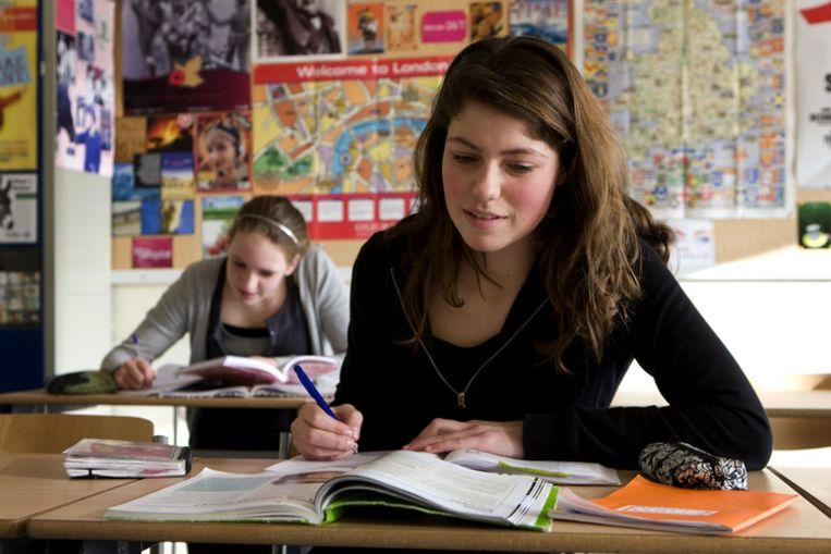 De commissie wil de norm verlagen van 1040 naar duizend uur. Leraren en scholieren zouden daarbij een week vakantie moeten inleveren, zodat scholen het minimumaantal lesuren gemakkelijker kunnen halen. Beeld