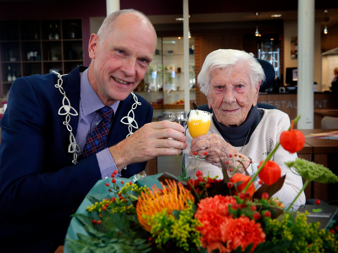 Waarnemend burgemeester van Altena, Marcel Fränzel (rechts) en de 101-jarige Hendrika Visser.