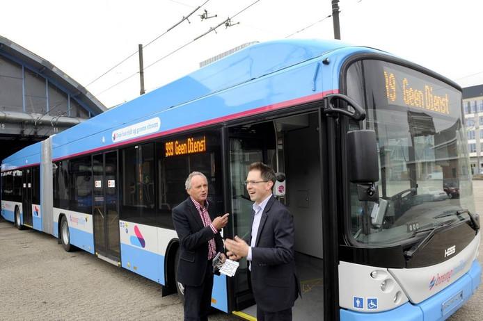 Wethouder Martijn Leisink (rechts) en trolleyspecialist Hans Aldenkamp van Breng. Foto Marina Popova