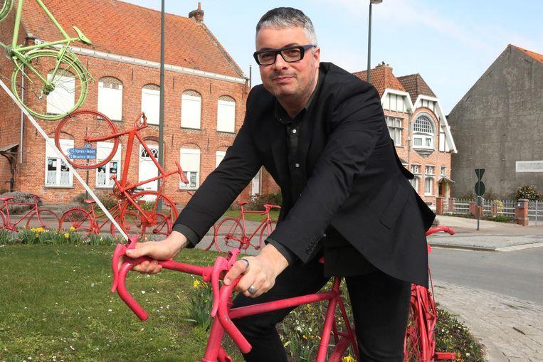Stijn Vanderhaeghe op de 'fietsenrotonde' in Ploegsteert, het dorp waar Frank Vandenbroucke blijft verder leven.