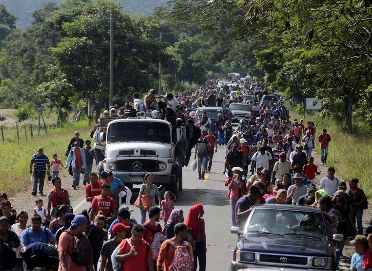 Mensen ontvluchten de armoede, de onzekerheid en het geweld in Honduras en bewegen in een lange stoet richting Mexico en de Verenigde Staten.