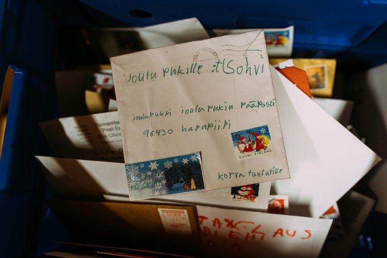 De brieven die dagelijks met dozen aankomen met de Finse post. Op de bovenste brief staat de Finse naam van de kerstman. Beeld Rebecca Fertinel