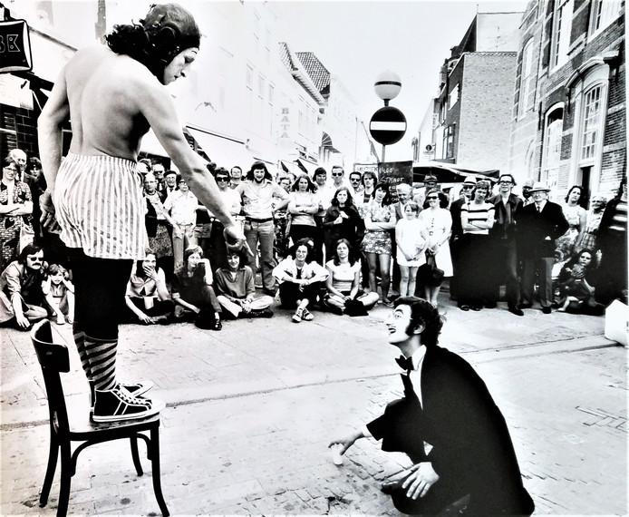 Festival Muziek Op Straat, de Friends Road Show uit Londen in Goes, 1973.  Foto Wim Riemens uit het Archief Jeugd & Muziek/Nieuwe Muziek Zeeland.