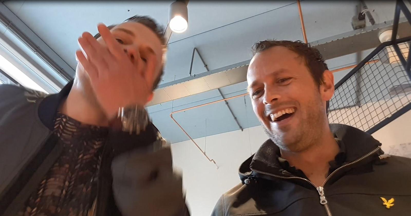 Een screenshot van verslaggevers Ron Hemmink (links) en Ferry de Goeijen (rechts).