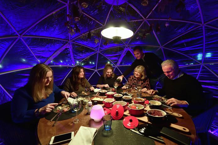 Eten in iglo bij restaurant saus aan de boulevard met gastheer Frank van de Avert, die de wijn inschenkt.