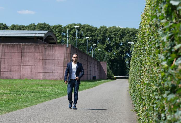 Fouad Ahmad lopend over een asfaltpad op De Kruisberg.