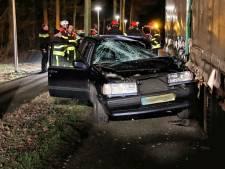 Auto komt onder tractor met aanhanger in Hoogerheide, bestuurder met spoed naar ziekenhuis