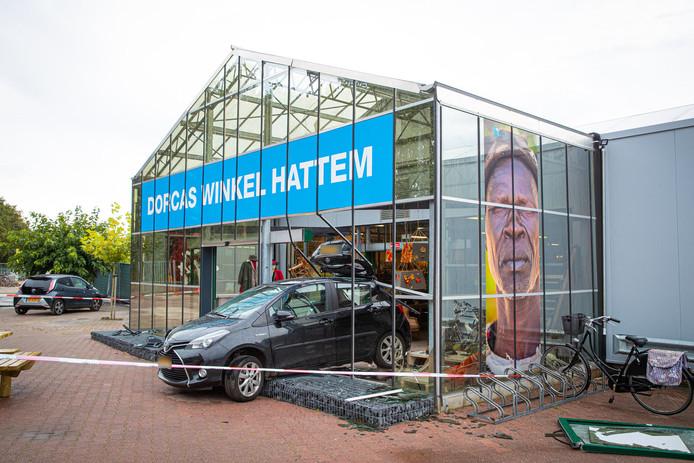Een oudere vrouw is vrijdagmiddag zwaargewond geraakt bij een ongeval bij een Dorcas tweedehandswinkel.