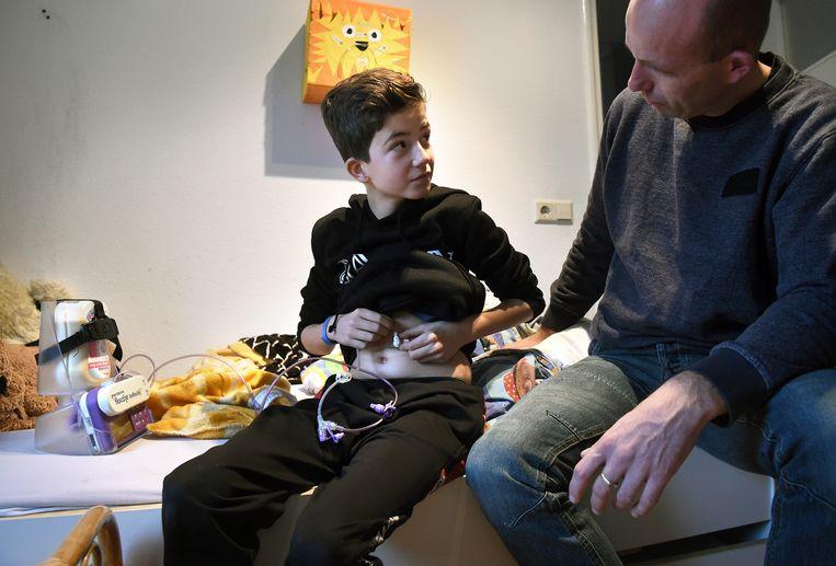 Hans Westerink en zijn zieke zoontje Finn die sinds zijn geboorte een energiestofwisselingsziekte heeft.  Beeld Marcel van den Bergh / de Volkskrant