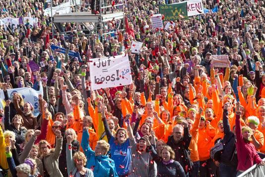 Na jarenlang van stilte en accepteren willen de leraren een eerlijk salaris en minder werkdruk. Met tienduizenden kwamen ze samen in het Zuiderpark.