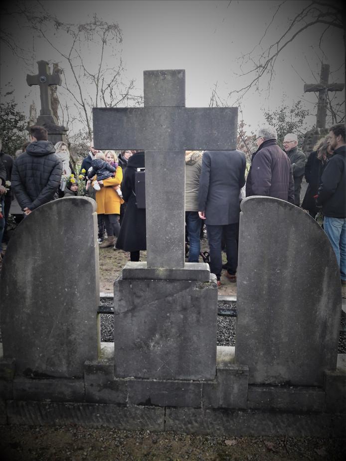 Familie bijeen bij het graf van vier broers Emmen en hun zus, omgekomen bij een granaatinslag in Dongen (januari 1945)
