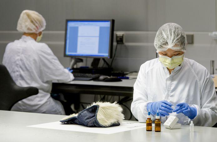Onderzoekers aan het werk bij het NFI.