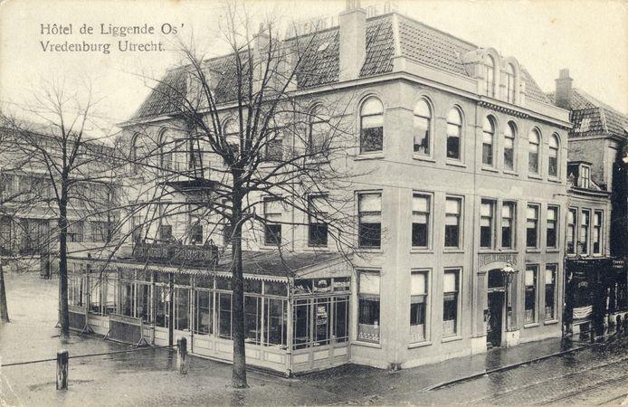De Liggende Os in 1909. In dat jaar kreeg het hotel er een derde verdieping bij.