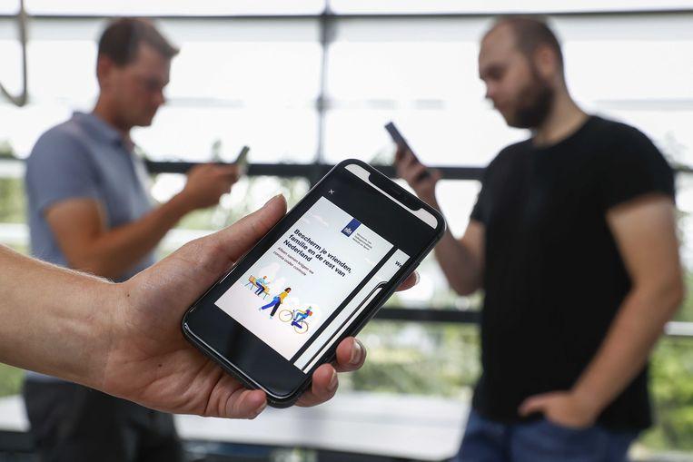Studenten testen in een lab van de Universiteit Twente een coronawaarschuwingsapp die in opdracht van het kabinet wordt ontwikkeld. Beeld ANP