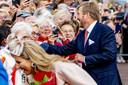 Koning Willem Alexander en Koningin Maxima bezoeken Jong Hoogeveen tijdens een streekbezoek aan Zuidwest-Drenthe.