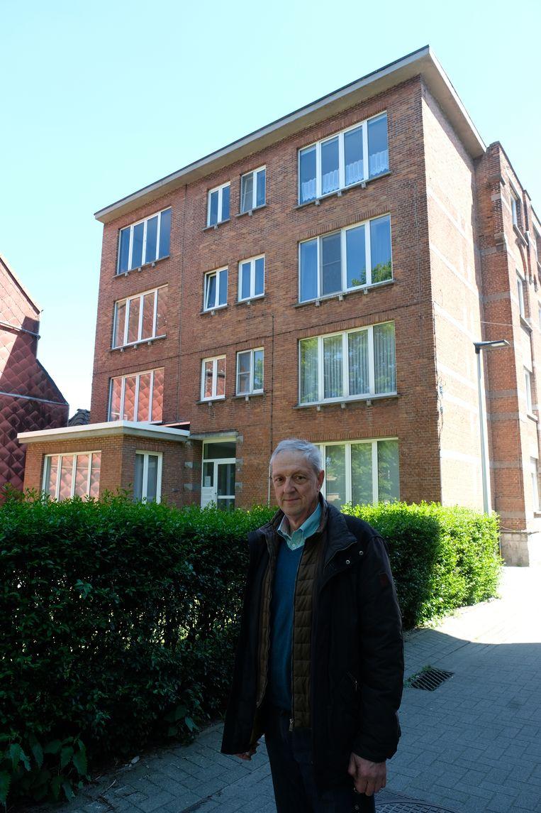 Vic Van Dijck van het Niels Erfgoedarchief op de plaats waar destijds het 'Wezenhuis' van Ivo Cornelis stond.