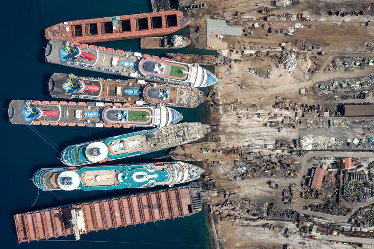 In de haven van Izmir in Turkije liggen cruiseschepen klaar om gesloopt te worden. De cruisesector is zwaar getroffen door de coronapandemie. Beeld Getty Images
