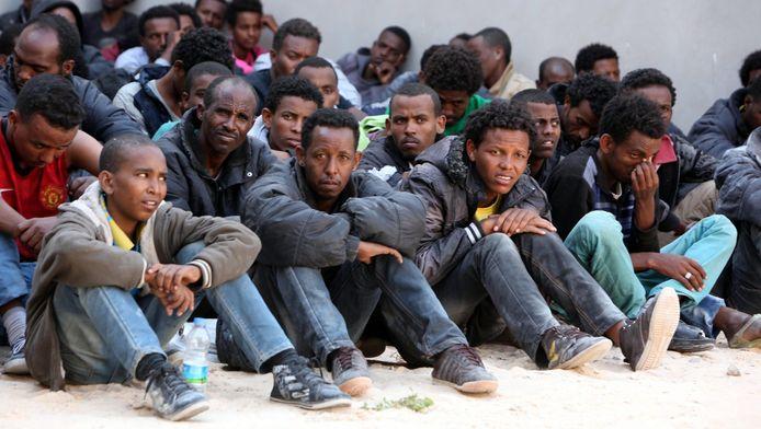 Een aantal van de overlevenden van de bootramp in Libië.