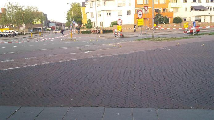 De politie onderzoekt de omgeving van het schietincident op de kruising Hoge Bothofstraat met de Oldenzaalstraat.