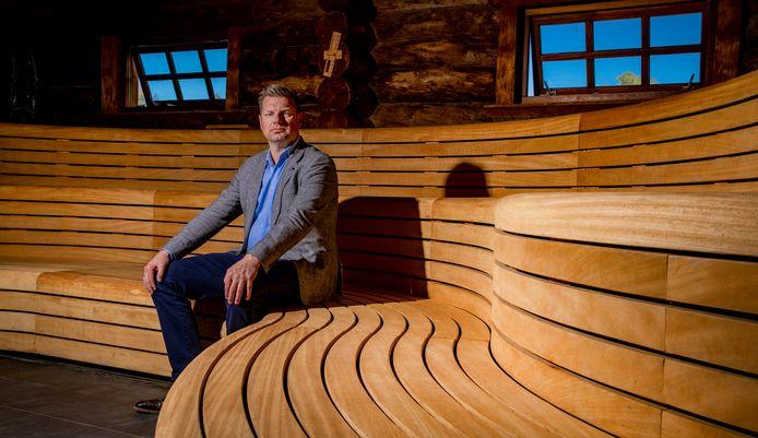 Fabian Dolman van Quality Welnessresorts in een lege sauna van Thermen Bussloo. Tot 1 september blijft die sauna nog leeg, tot frustratie van Dolman.