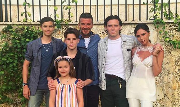 David et Victoria Beckham entourés de leurs enfants: Romeo, Cruz, Harper et Brooklyn.