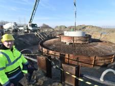 Werk aan nieuwe windmolens langs Bernhardweg-West vordert gestaag