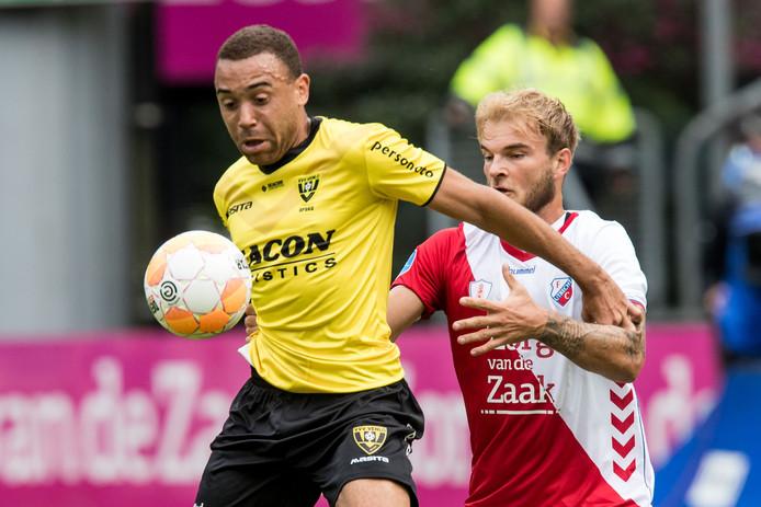 Johnatan Opoku (l) duelleert in het shirt van VVV met FC Utrecht-speler Timo Letschert.